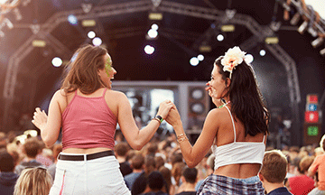 festival-crowd-two-girls-on-shoulders